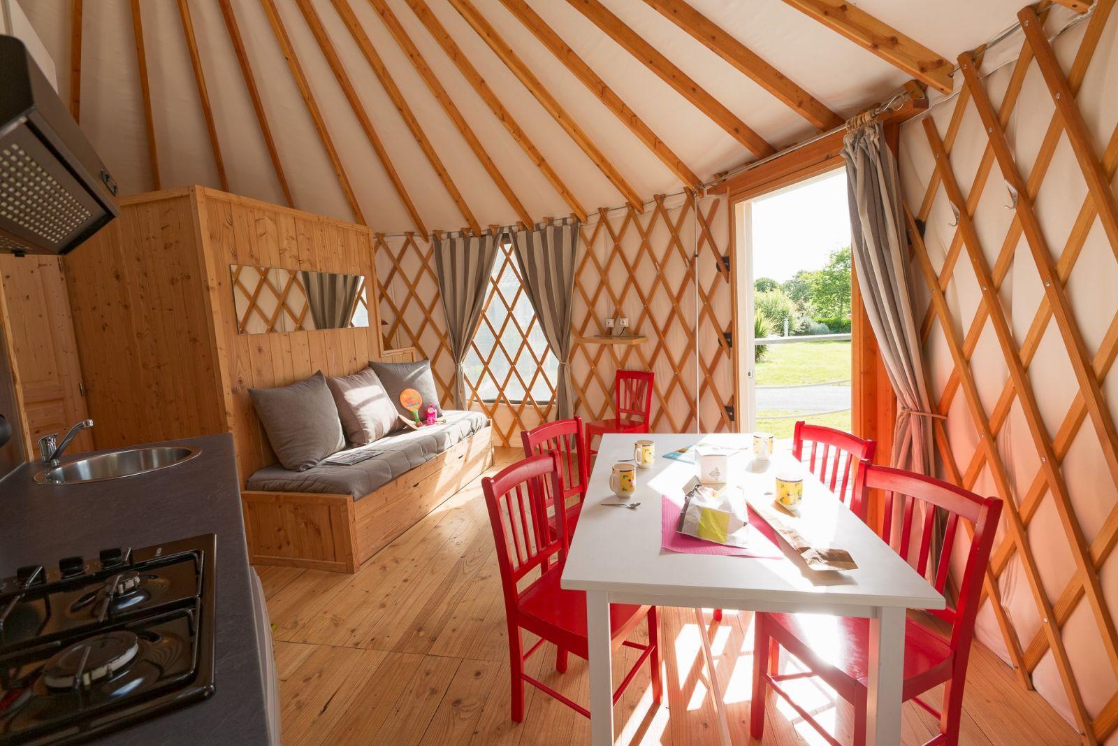 Yourte h bergement insolite camping bretagne atlantique for Cuisine yourte